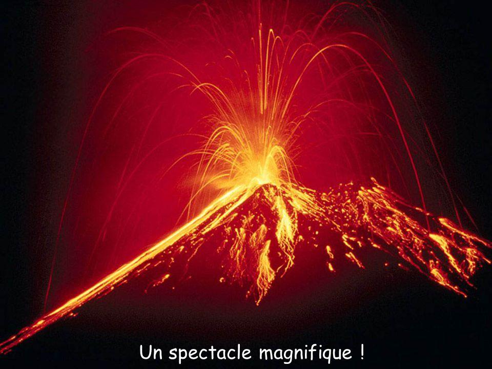 Polignac (43) La forteresse de Polignac est perchée sur son rocher volcanique depuis le X e siècle à plus de 100 mètres de hauteur.