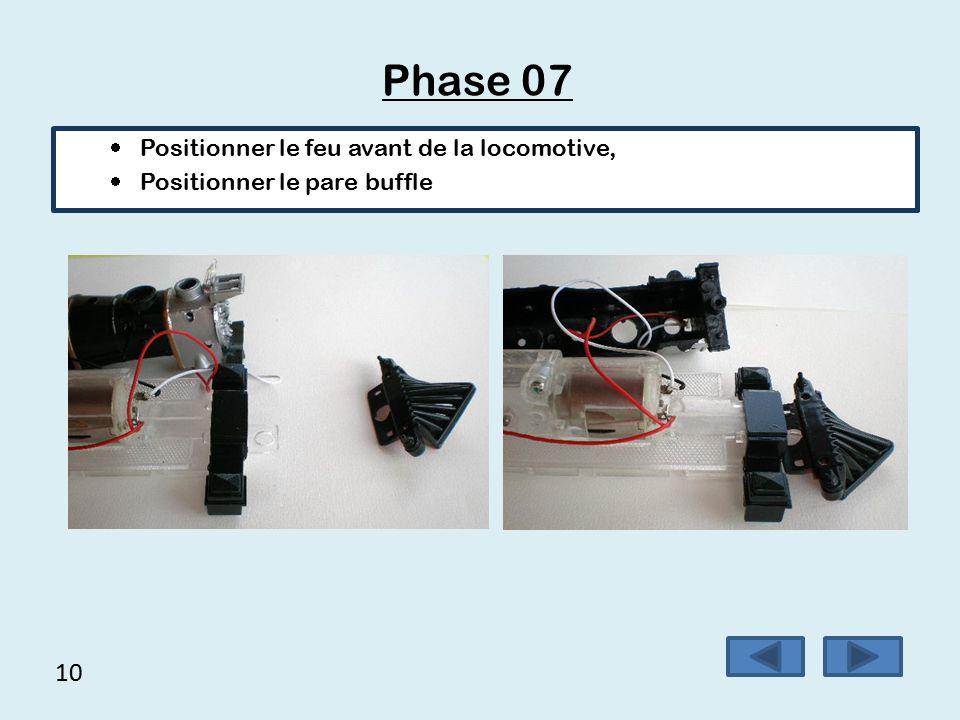 9 Phase 06  Poser la locomotive à plat,  Prendre le feu avant de la locomotive repère 24,  Prendre le pare buffle repère 4.