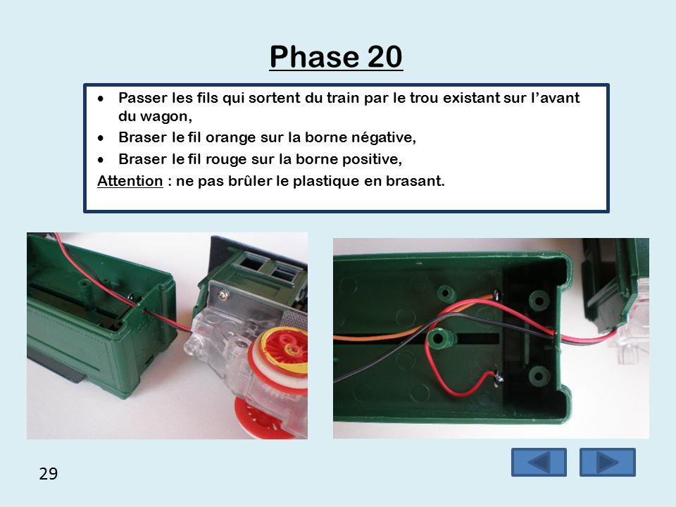 28 Phase 19 Placer les languettes des piles en faisant attention au sens.