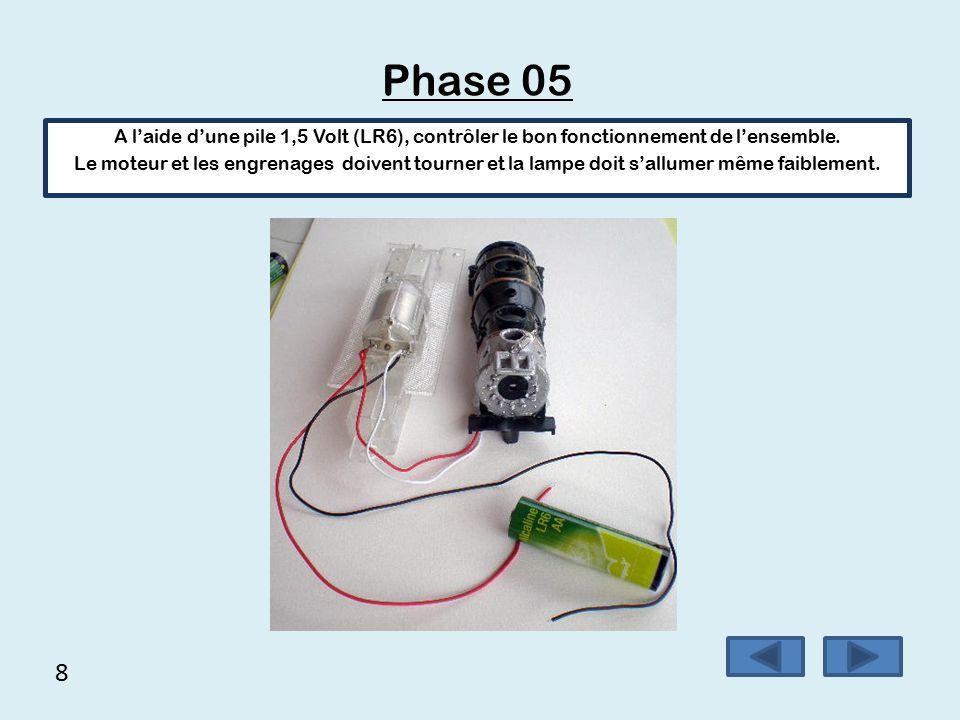7 Phase 04  Braser le fil rouge du phare avec le fil rouge sur une cosse du moteur,  Braser le fil blanc du phare avec le fil noir sur l'autre cosse du moteur.