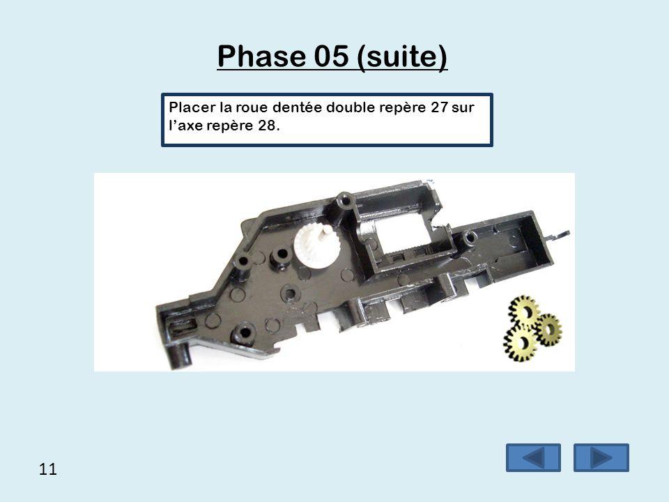 11 Phase 05 (suite) Placer la roue dentée double repère 27 sur l'axe repère 28.