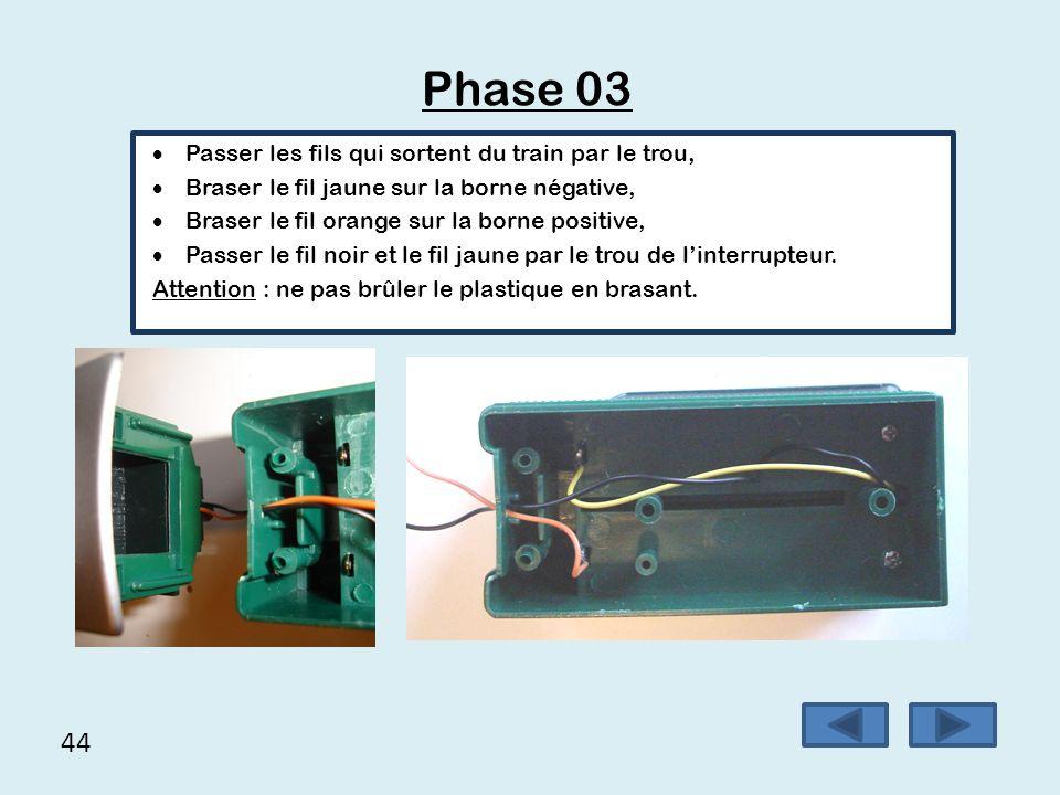 44 Phase 03  Passer les fils qui sortent du train par le trou,  Braser le fil jaune sur la borne négative,  Braser le fil orange sur la borne posit