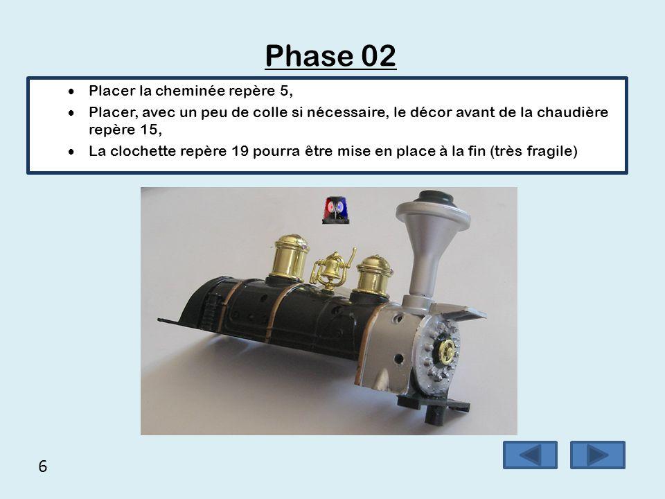 6 Phase 02  Placer la cheminée repère 5,  Placer, avec un peu de colle si nécessaire, le décor avant de la chaudière repère 15,  La clochette repèr