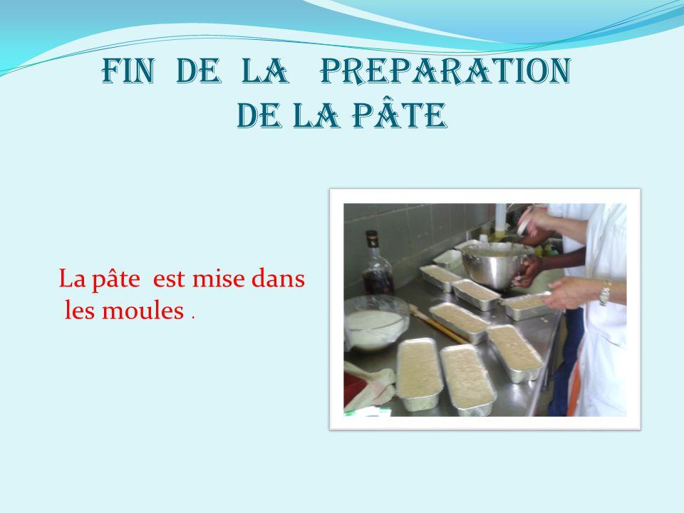 FIN DE LA PREPARATION DE LA PÂTE La pâte est mise dans les moules.