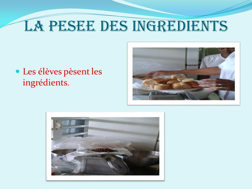 LA PESEE DES INGREDIENTS Les élèves pèsent les ingrédients.