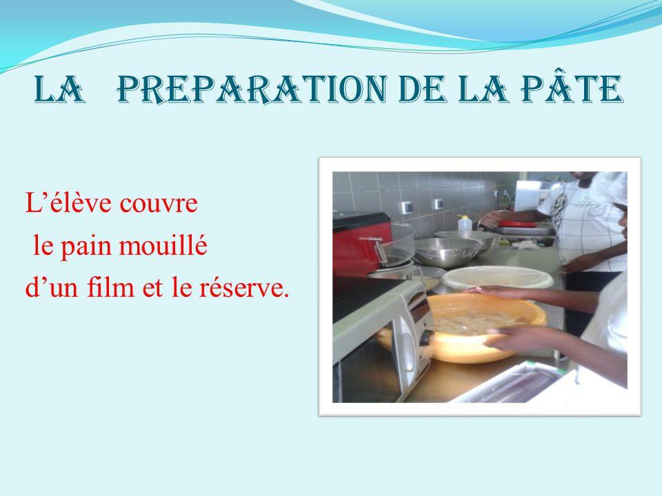LA PREPARATION DE LA PÂTE L'élève couvre le pain mouillé d'un film et le réserve.