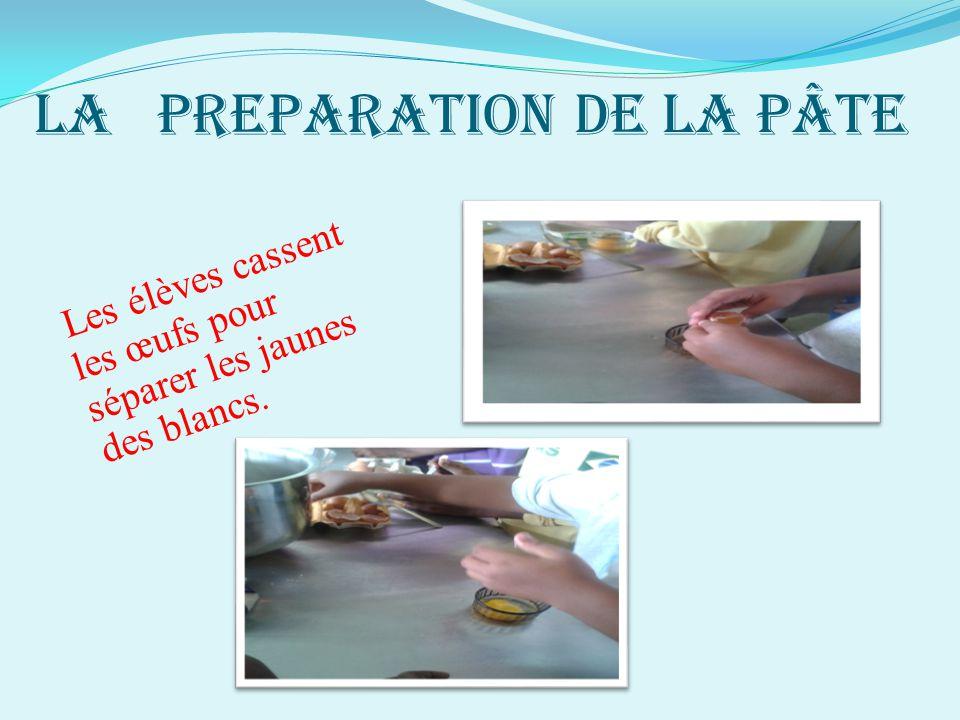 LA PREPARATION DE LA PÂTE Les élèves cassent les œufs pour séparer les jaunes des blancs.