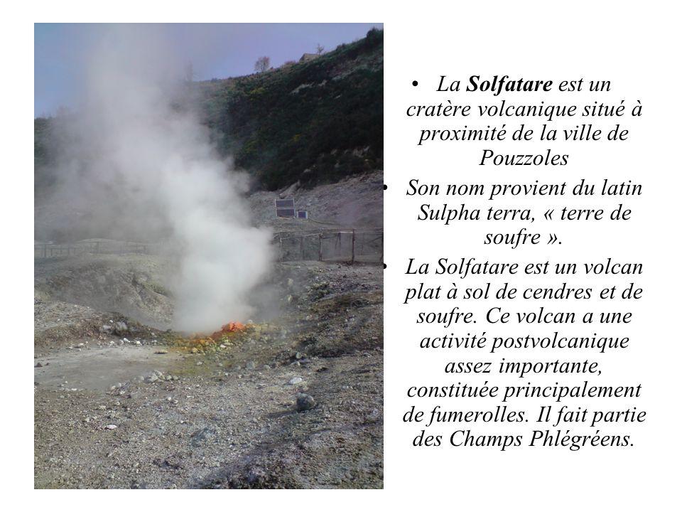 La Solfatare est un cratère volcanique situé à proximité de la ville de Pouzzoles Son nom provient du latin Sulpha terra, « terre de soufre ». La Solf