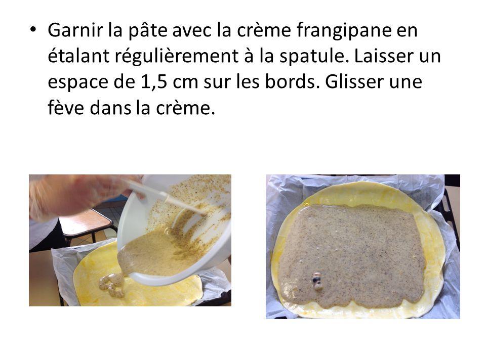 Garnir la pâte avec la crème frangipane en étalant régulièrement à la spatule.