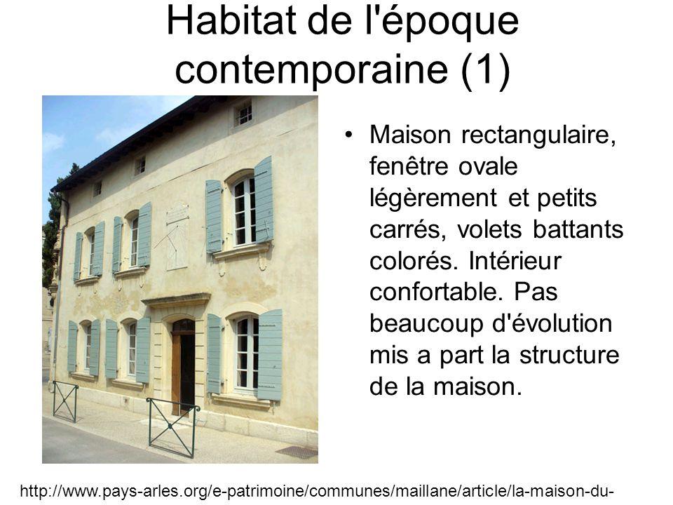 Habitat de l époque contemporaine (1) Maison rectangulaire, fenêtre ovale légèrement et petits carrés, volets battants colorés.