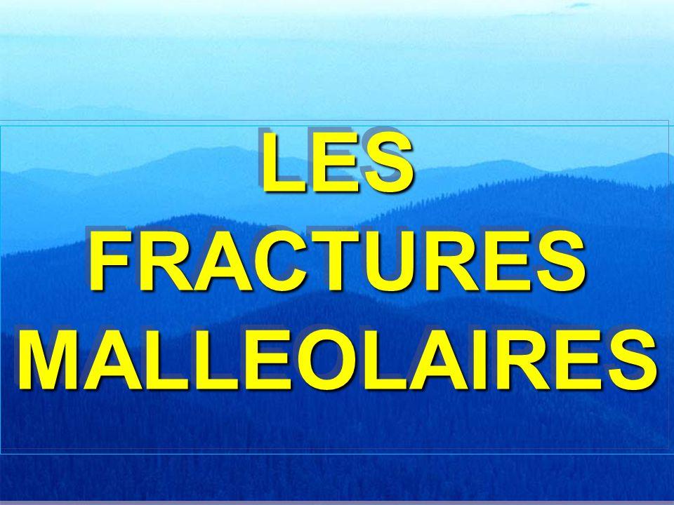 DÉFINITION - GÉNÉRALITÉS FRACTURES partie distale de la fibula et du tibia appelés MALLÉOLES EXTERNE ET INTERNE FRACTURES de la partie distale de la fibula et du tibia appelés MALLÉOLES EXTERNE ET INTERNE ARTICULAIRES et donc génératrices d arthrose ARTICULAIRES et donc génératrices d arthrose TRÈS FRÉQUENTES : 3 ème rang TRÈS FRÉQUENTES : 3 ème rang Compromettent la STABILITÉ TRANSVERSALE DE LA CHEVILLE Compromettent la STABILITÉ TRANSVERSALE DE LA CHEVILLE déstabilisation peut être simplement osseuse déstabilisation peut être simplement osseuse peut être aussi ligamentaire peut être aussi ligamentaire URGENCE THÉRAPEUTIQUE: restitution de l'anatomie la plus parfaite possible URGENCE THÉRAPEUTIQUE: restitution de l'anatomie la plus parfaite possible PRONOSTIC le plus souvent lié aux dégâts cartilagineux engendrés par le traumatisme PRONOSTIC le plus souvent lié aux dégâts cartilagineux engendrés par le traumatisme FRACTURES partie distale de la fibula et du tibia appelés MALLÉOLES EXTERNE ET INTERNE FRACTURES de la partie distale de la fibula et du tibia appelés MALLÉOLES EXTERNE ET INTERNE ARTICULAIRES et donc génératrices d arthrose ARTICULAIRES et donc génératrices d arthrose TRÈS FRÉQUENTES : 3 ème rang TRÈS FRÉQUENTES : 3 ème rang Compromettent la STABILITÉ TRANSVERSALE DE LA CHEVILLE Compromettent la STABILITÉ TRANSVERSALE DE LA CHEVILLE déstabilisation peut être simplement osseuse déstabilisation peut être simplement osseuse peut être aussi ligamentaire peut être aussi ligamentaire URGENCE THÉRAPEUTIQUE: restitution de l'anatomie la plus parfaite possible URGENCE THÉRAPEUTIQUE: restitution de l'anatomie la plus parfaite possible PRONOSTIC le plus souvent lié aux dégâts cartilagineux engendrés par le traumatisme PRONOSTIC le plus souvent lié aux dégâts cartilagineux engendrés par le traumatisme