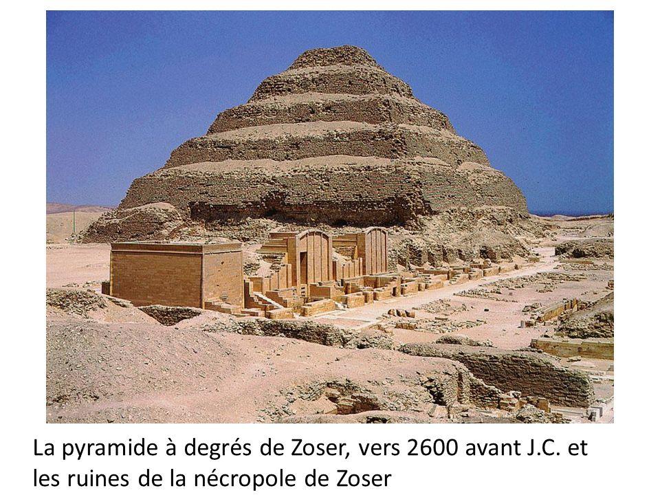 La pyramide à degrés de Zoser, vers 2600 avant J.C. et les ruines de la nécropole de Zoser
