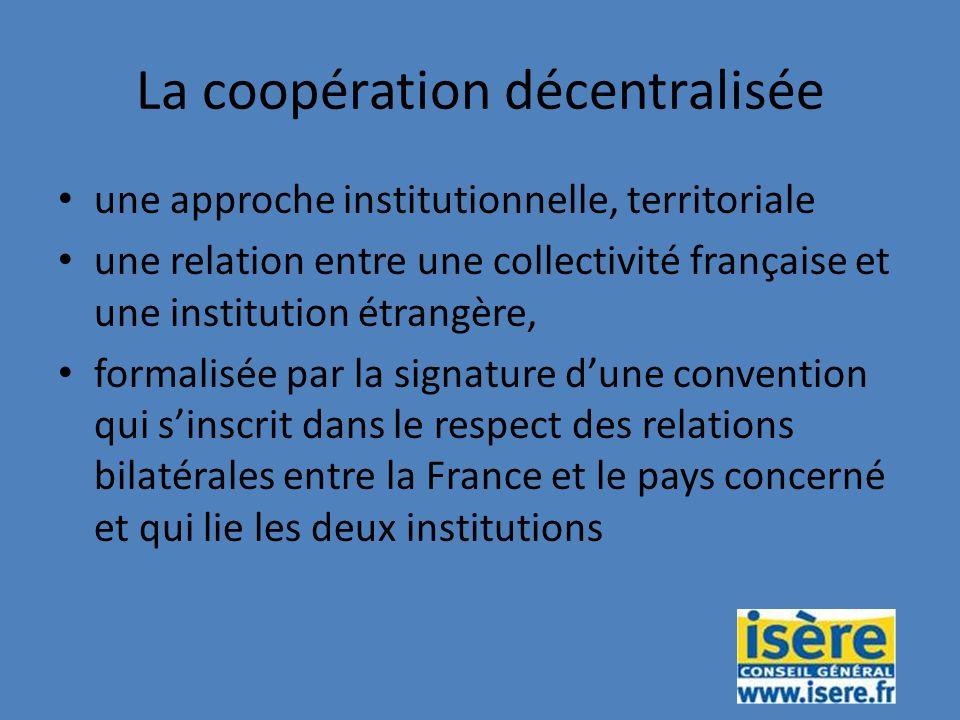 La coopération décentralisée une approche institutionnelle, territoriale une relation entre une collectivité française et une institution étrangère, formalisée par la signature dune convention qui sinscrit dans le respect des relations bilatérales entre la France et le pays concerné et qui lie les deux institutions