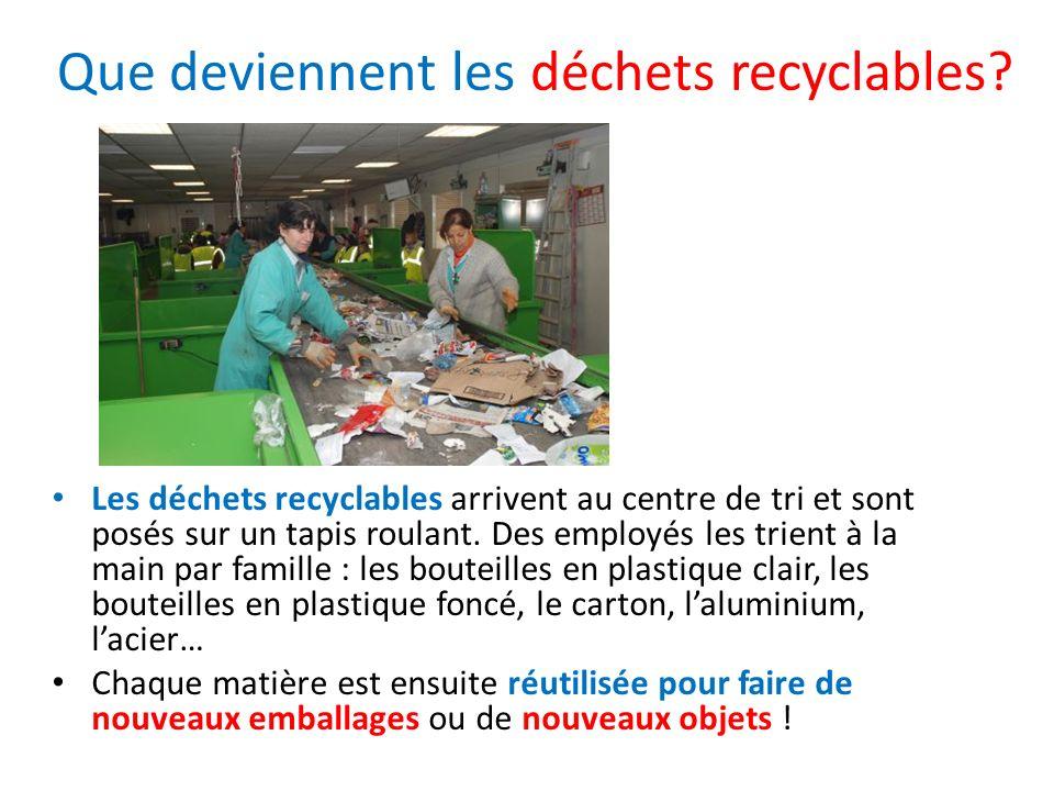 Les déchets recyclables arrivent au centre de tri et sont posés sur un tapis roulant. Des employés les trient à la main par famille : les bouteilles e