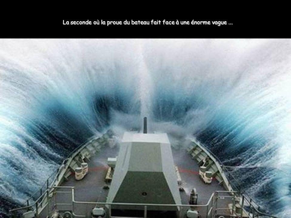 La seconde où la proue du bateau fait face à une énorme vague...