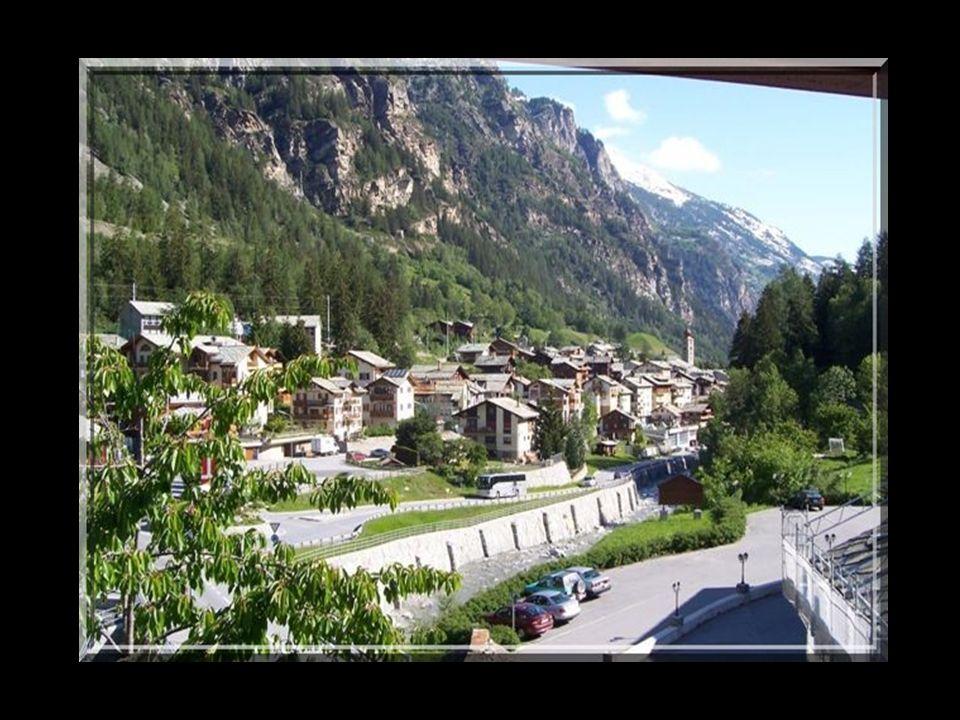 St.Nicolas le joli village où je suis née. Il est encadré par des sommets de plus de 4000 m.