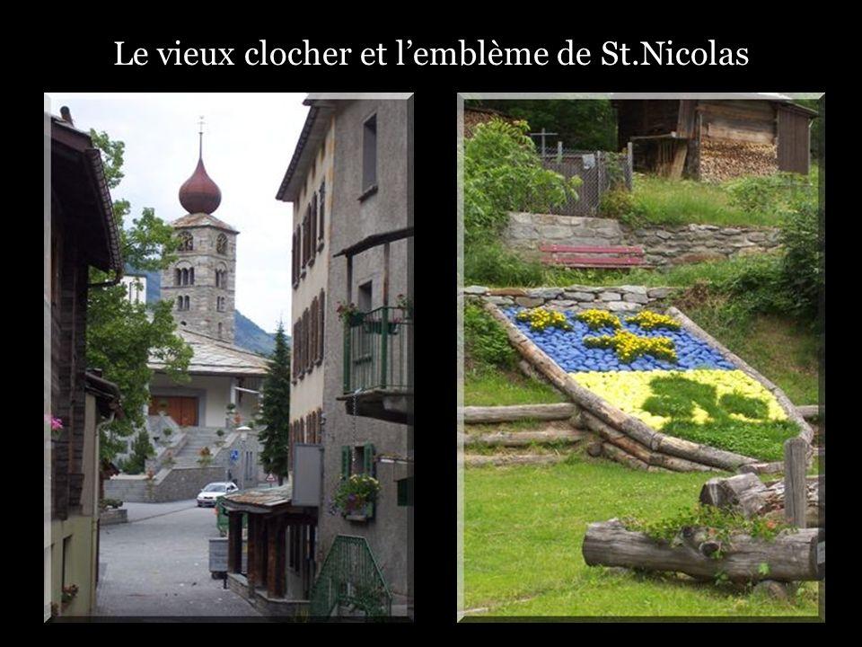 Le vieux clocher et lemblème de St.Nicolas