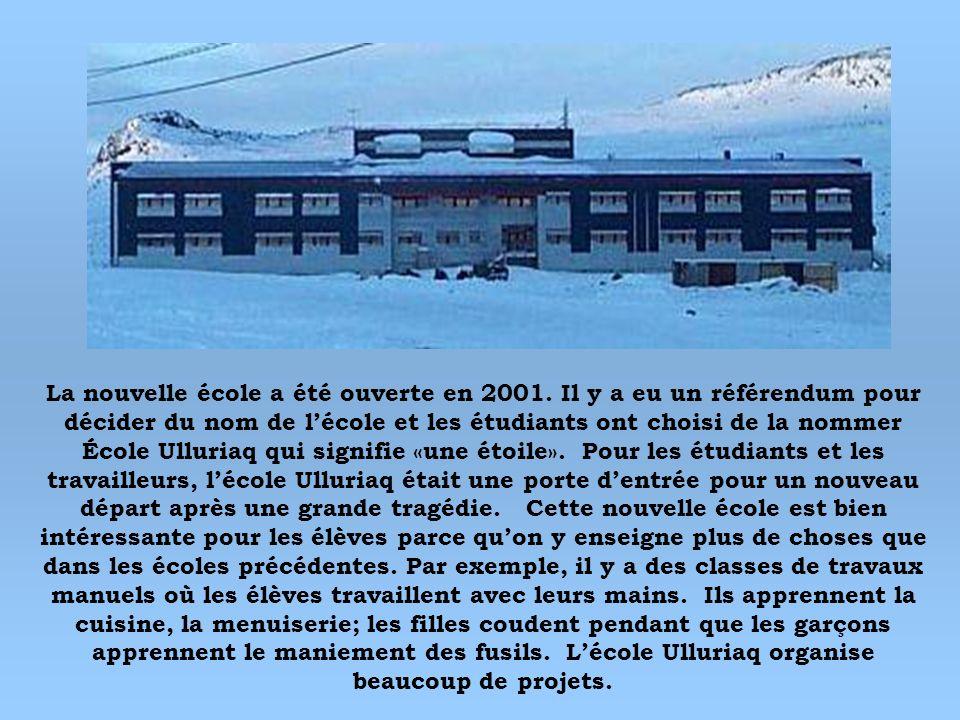 La nouvelle école a été ouverte en 2001. Il y a eu un référendum pour décider du nom de lécole et les étudiants ont choisi de la nommer École Ulluriaq