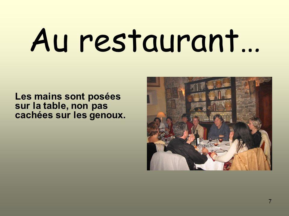 7 Au restaurant… Les mains sont posées sur la table, non pas cachées sur les genoux.