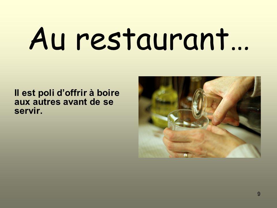 9 Au restaurant… Il est poli doffrir à boire aux autres avant de se servir.