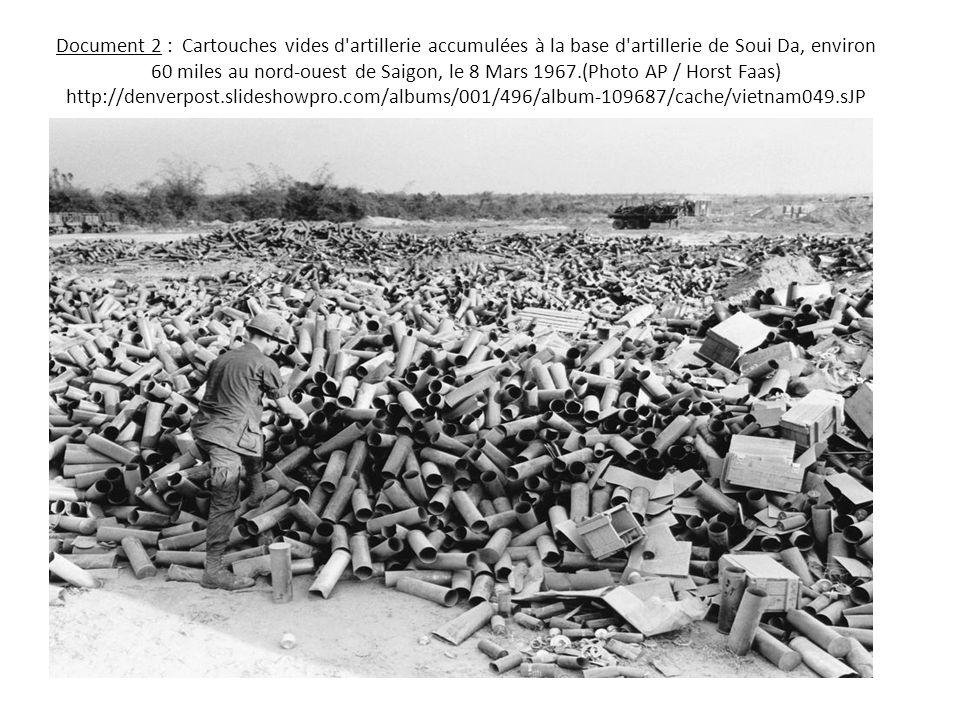 Document 2 : Cartouches vides d'artillerie accumulées à la base d'artillerie de Soui Da, environ 60 miles au nord-ouest de Saigon, le 8 Mars 1967.(Pho
