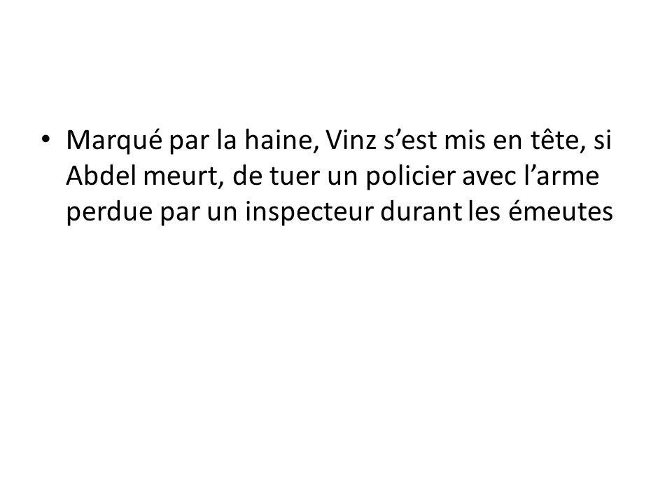 Marqué par la haine, Vinz sest mis en tête, si Abdel meurt, de tuer un policier avec larme perdue par un inspecteur durant les émeutes