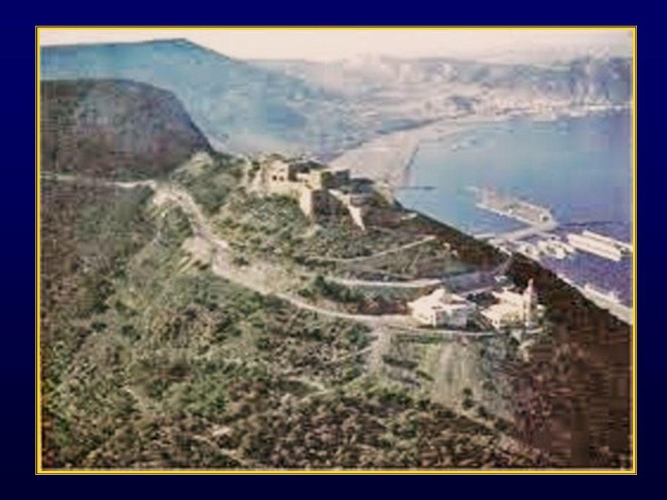 La rade de Mers-el-Kebir est un port de guerre français qui se trouve en prolongement du port de commerce dOran en Algérie, séparé par une avancée de la montagne du Murdjadjo dominée par la forteresse de Santa Cruz.