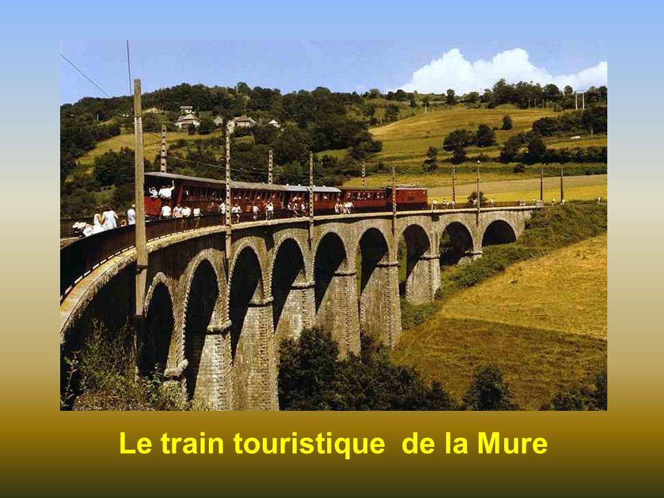 Sa forme évoquant un monstre accroupi est source de nombreuses légendes locales La Pierre Percée est une pierre située sur une colline de l'Isère, sur
