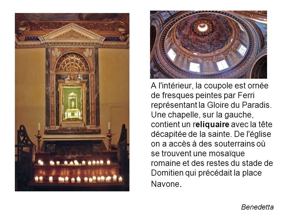 A l'intérieur, la coupole est ornée de fresques peintes par Ferri représentant la Gloire du Paradis. Une chapelle, sur la gauche, contient un reliquai