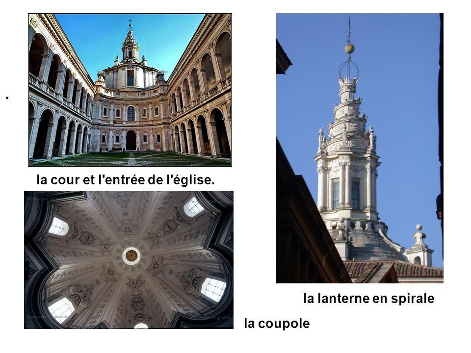 la cour et l'entrée de l'église. la lanterne en spirale. la coupole