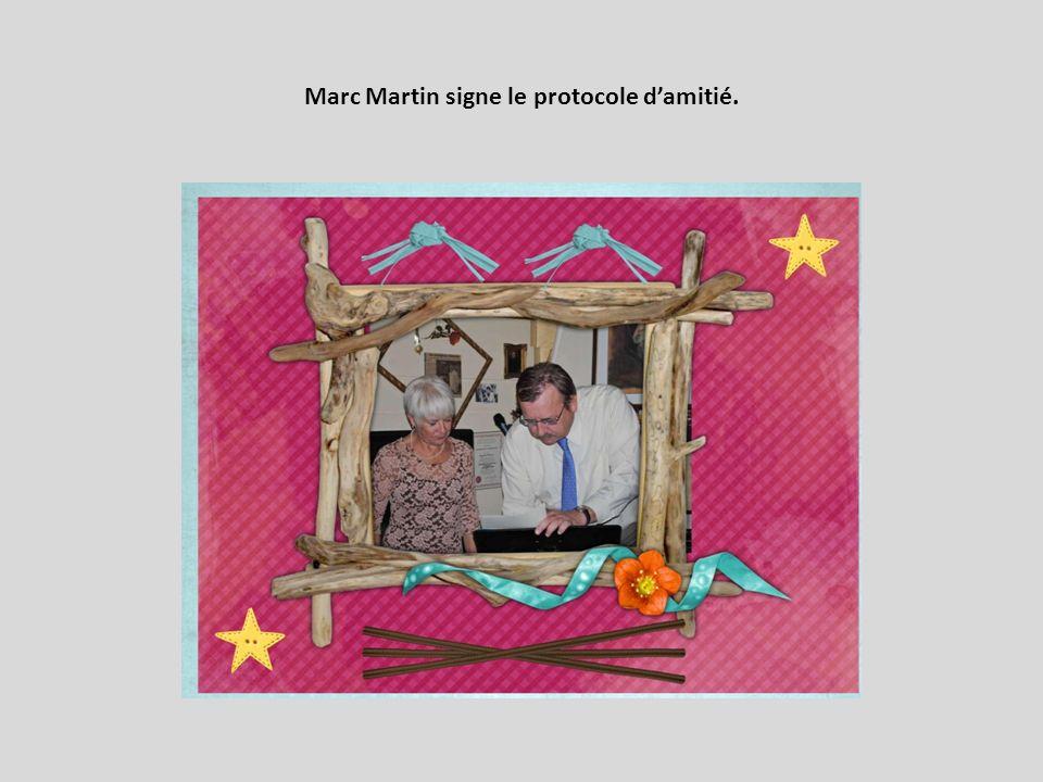 Marc Martin signe le protocole damitié.