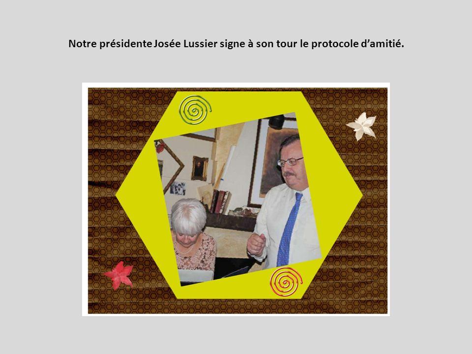 Notre présidente Josée Lussier signe à son tour le protocole damitié.