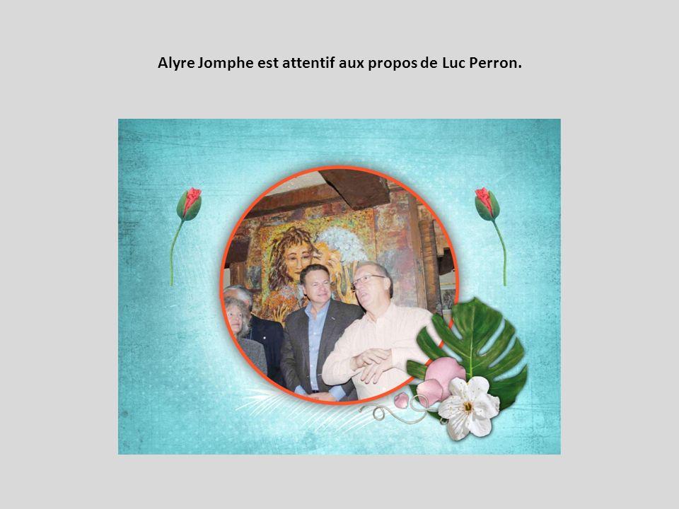Alyre Jomphe est attentif aux propos de Luc Perron.