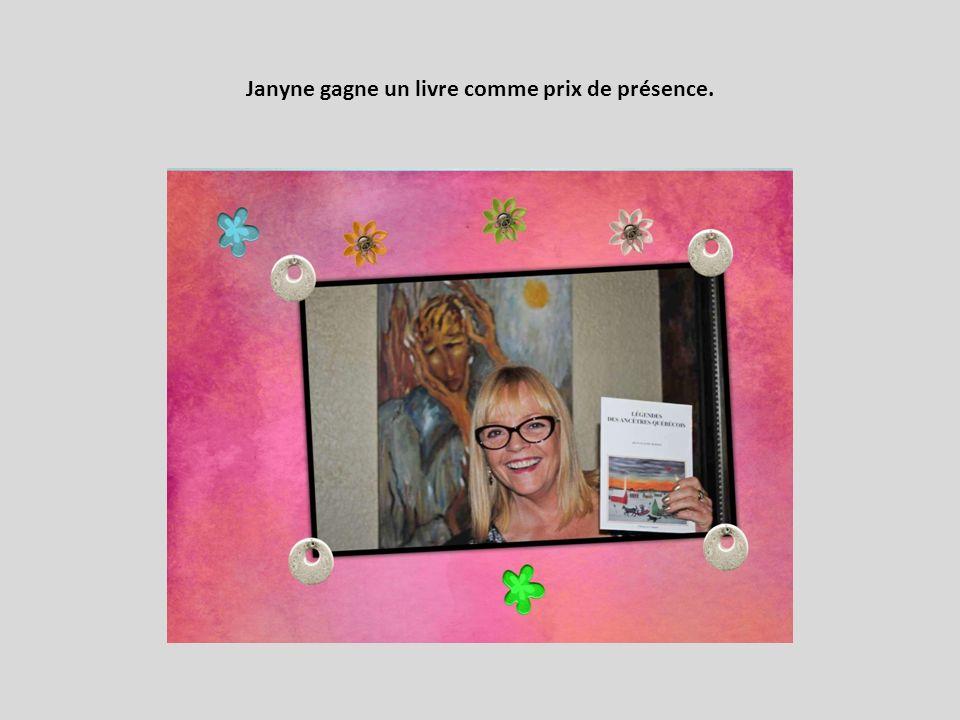 Janyne gagne un livre comme prix de présence.