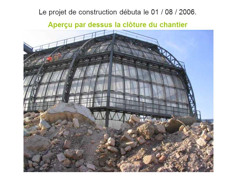 Le projet de construction débuta le 01 / 08 / 2006. Aperçu par dessus la clôture du chantier