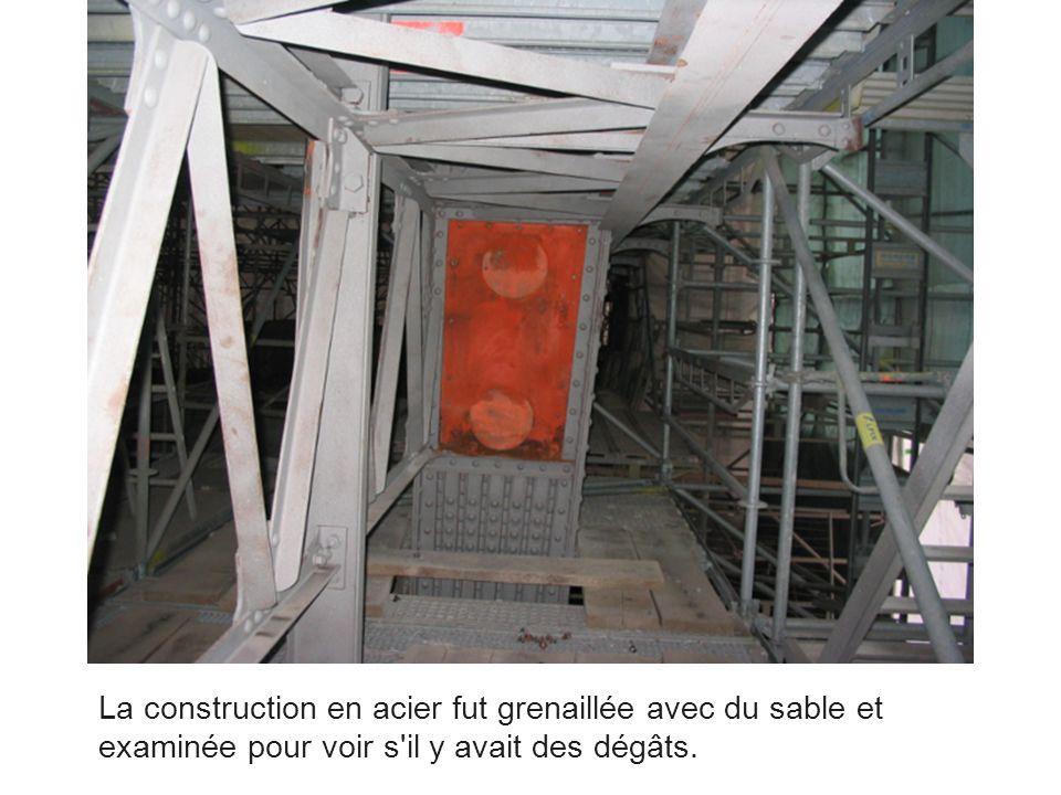 La construction en acier fut grenaillée avec du sable et examinée pour voir s'il y avait des dégâts.