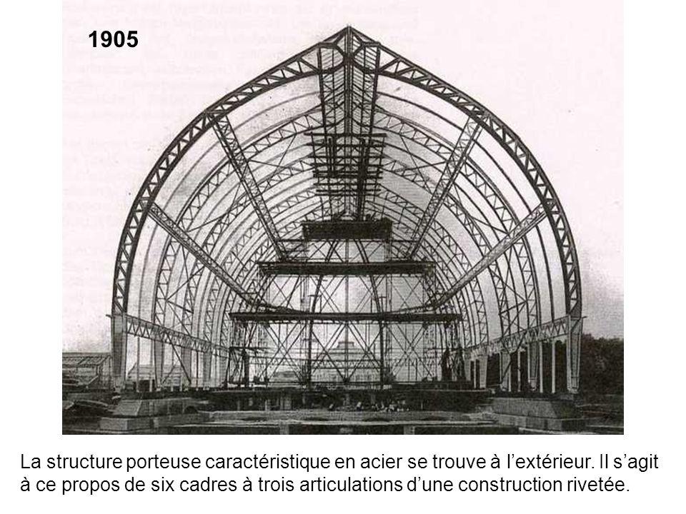 La structure porteuse caractéristique en acier se trouve à lextérieur. Il sagit à ce propos de six cadres à trois articulations dune construction rive