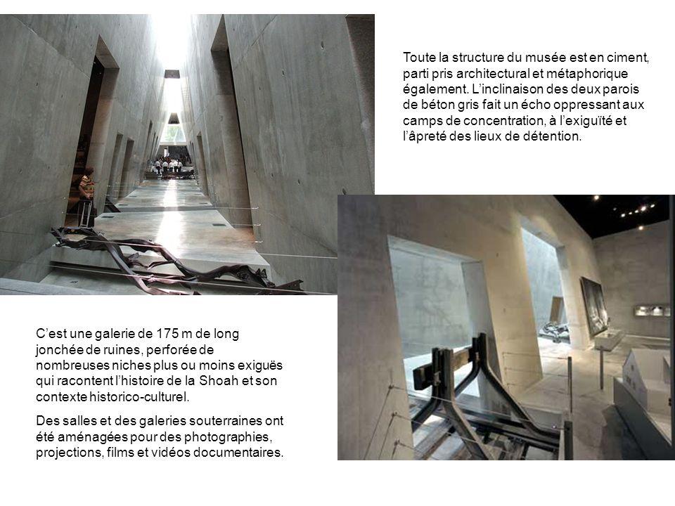 Toute la structure du musée est en ciment, parti pris architectural et métaphorique également. Linclinaison des deux parois de béton gris fait un écho