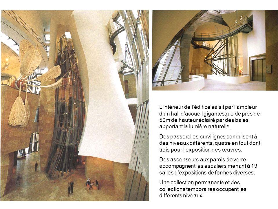 Lintérieur de lédifice saisit par lampleur dun hall daccueil gigantesque de près de 50m de hauteur éclairé par des baies apportant la lumière naturell