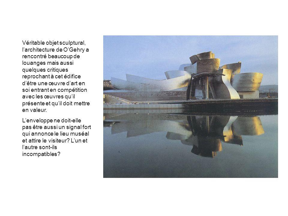 Véritable objet sculptural, larchitecture de OGehry a rencontré beaucoup de louanges mais aussi quelques critiques reprochant à cet édifice dêtre une