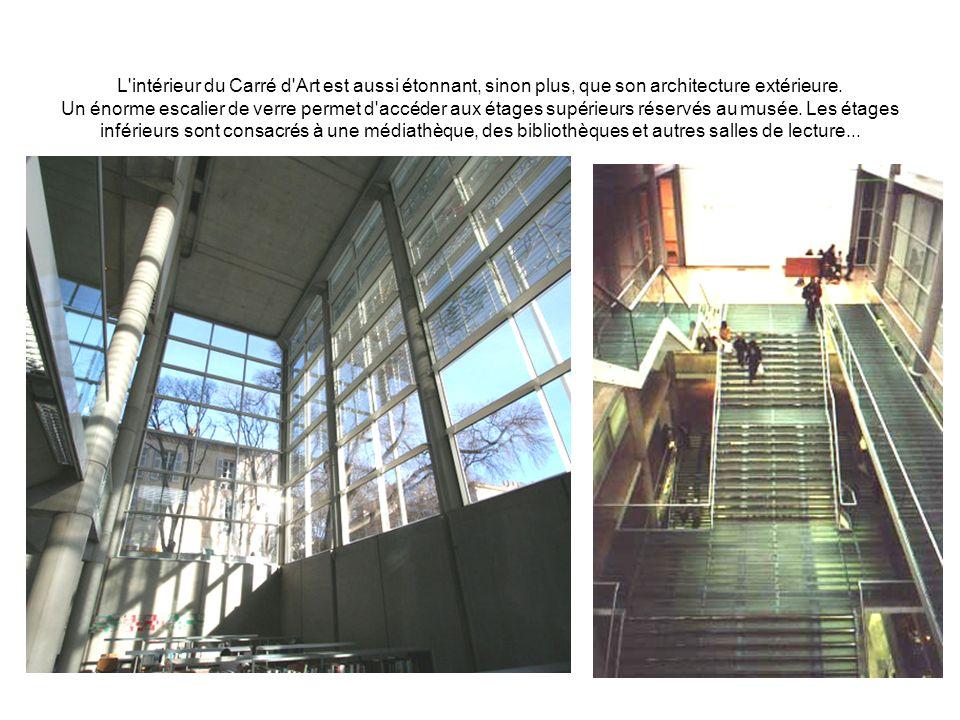 L'intérieur du Carré d'Art est aussi étonnant, sinon plus, que son architecture extérieure. Un énorme escalier de verre permet d'accéder aux étages su