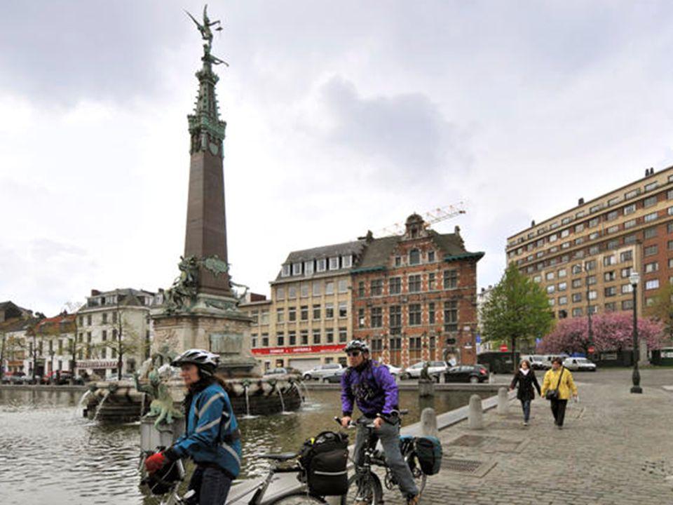 Place de Brouckère (2008) La Fontaine Anspach se trouvait à l'origine au centre de la Place de Brouckère et a été déplacée en raison des travaux du mé