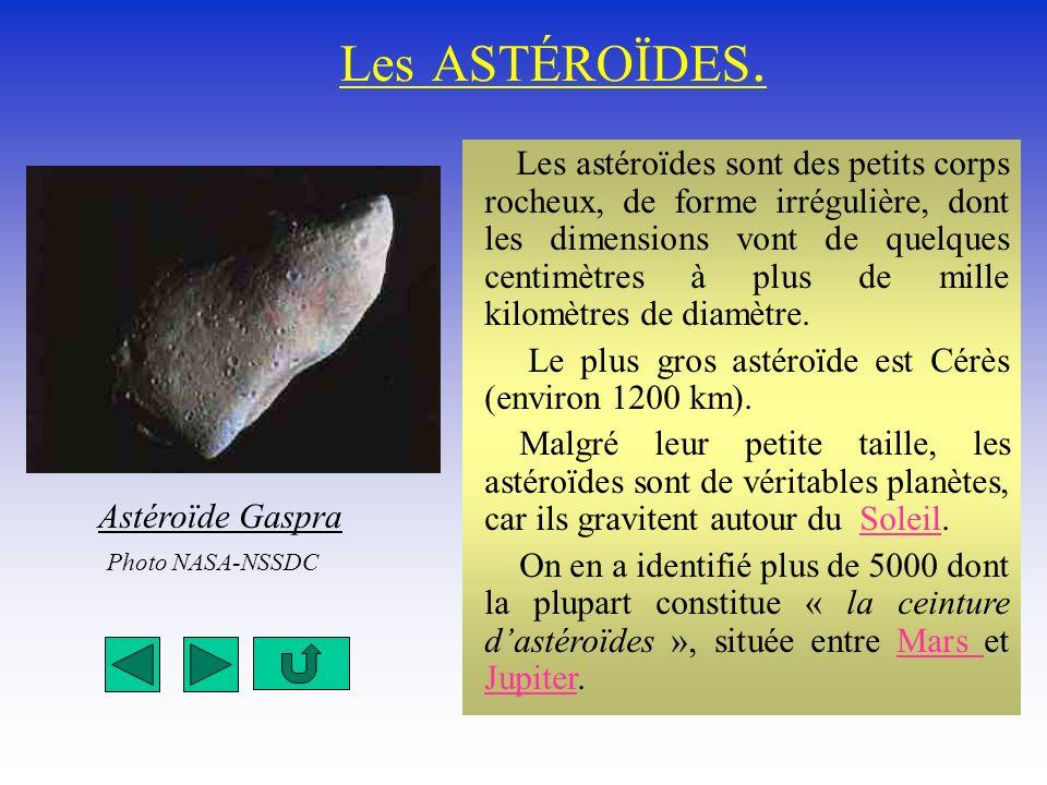 Les ASTÉROÏDES. Les astéroïdes sont des petits corps rocheux, de forme irrégulière, dont les dimensions vont de quelques centimètres à plus de mille k