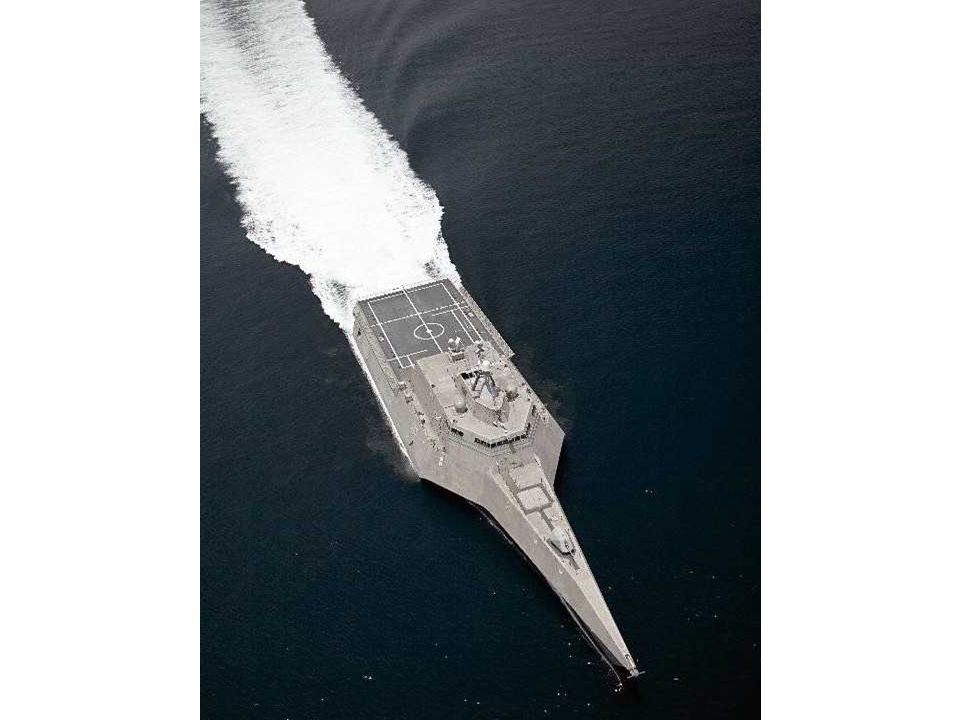 Voici quelques récentes photos du LCS-2 USS Independence. Il est à ses premiers essais à la mer voguant seulement à sa demi-puissance à 43 noeuds. Rem