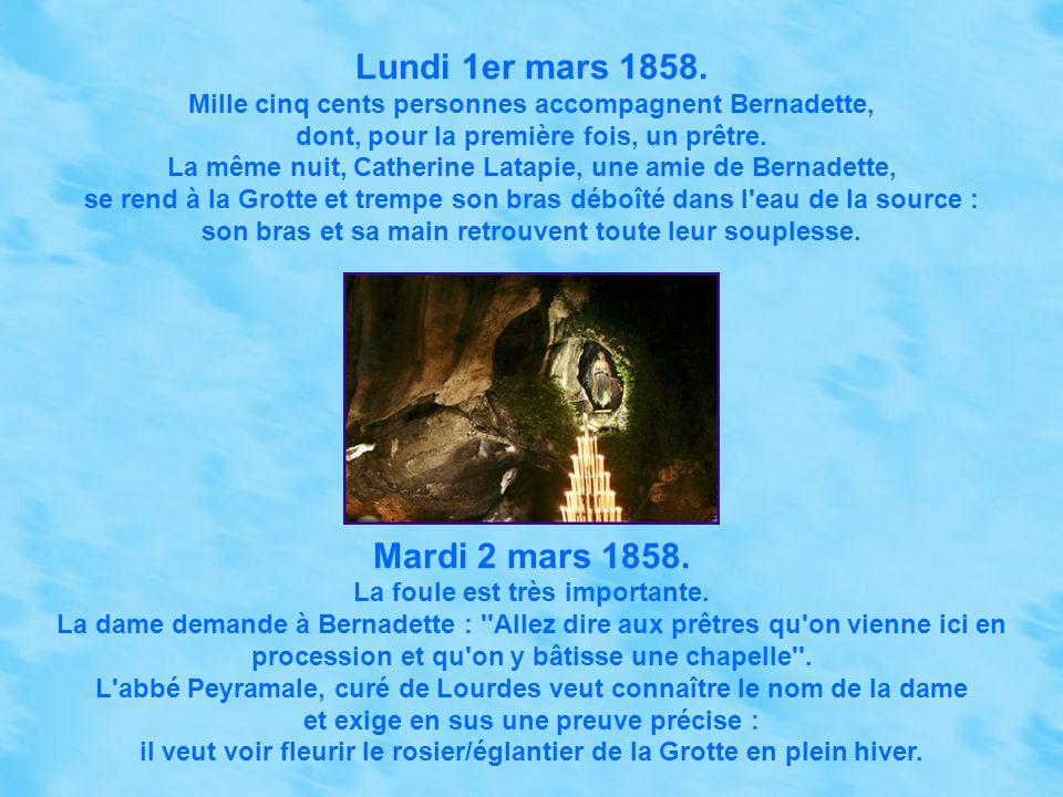 Samedi 27 février 1858. Huit cents personnes accompagnent Bernadette. L'Apparition reste silencieuse, Bernadette boit l'eau. *** Dimanche 28 février 1