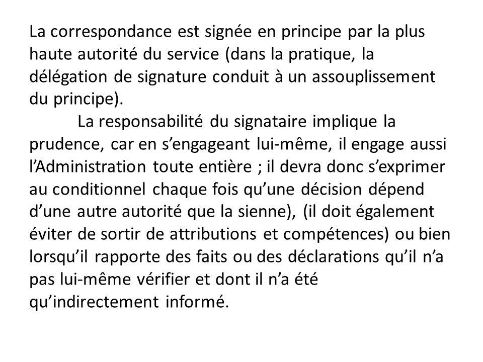 La correspondance est signée en principe par la plus haute autorité du service (dans la pratique, la délégation de signature conduit à un assouplissem