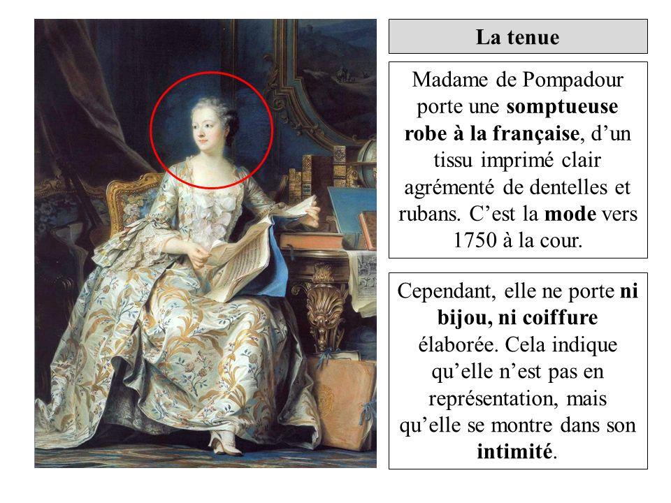 La tenue Madame de Pompadour porte une somptueuse robe à la française, dun tissu imprimé clair agrémenté de dentelles et rubans. Cest la mode vers 175
