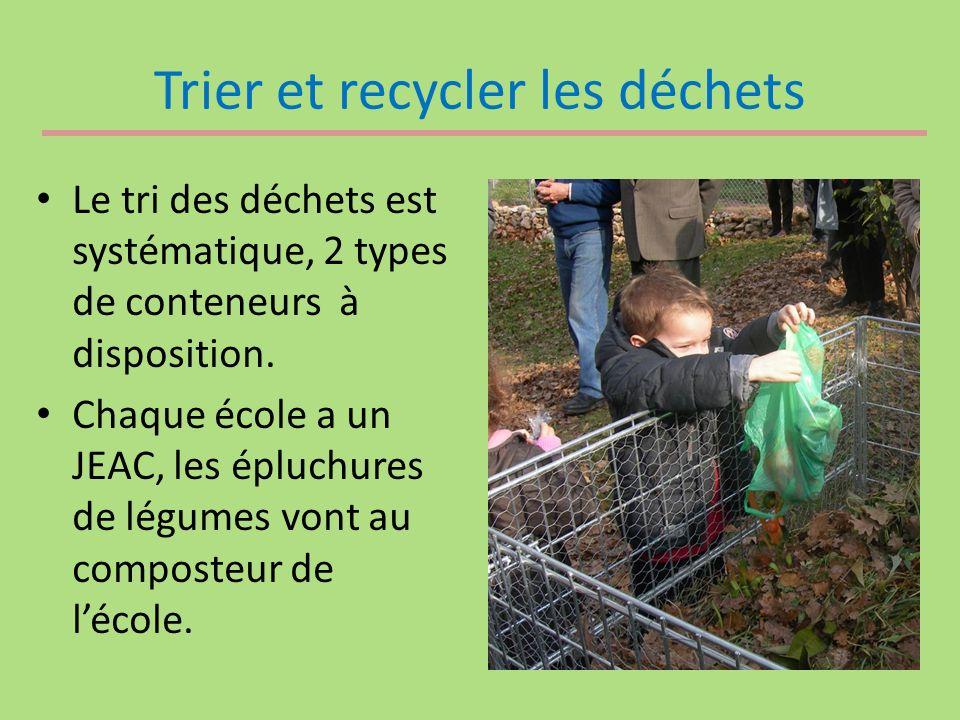 Trier et recycler les déchets Le tri des déchets est systématique, 2 types de conteneurs à disposition. Chaque école a un JEAC, les épluchures de légu