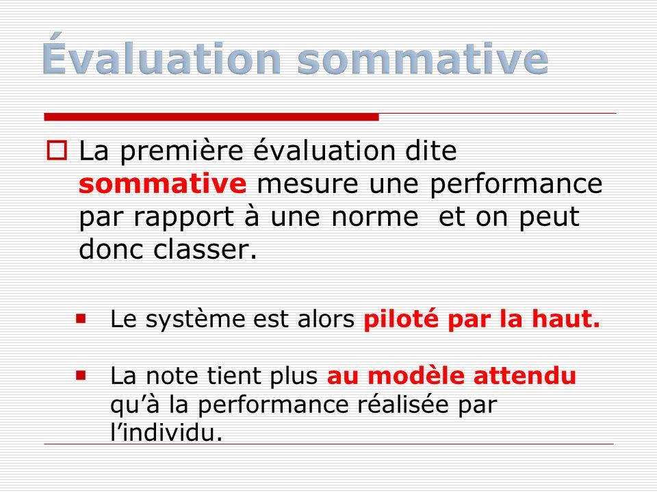 La première évaluation dite sommative mesure une performance par rapport à une norme et on peut donc classer. Le système est alors piloté par la haut.
