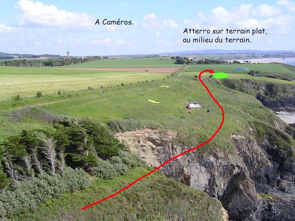 18 2006 www.vol-libre-menez-hom.com Atterro sur terrain plat, au milieu du terrain. A Caméros.